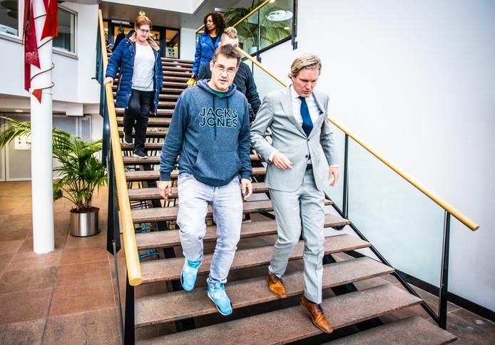 Patrick Lith loopt naast burgemeester Foort van Oosten de trap af, na hun overleg. Achter Lith loopt bijna niet zichtbaar Melvin Bol en achter hem Liesbeth Pinas (r).