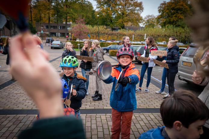 Lawaaiprotest woensdag in Oosterbeek tegen de sluiting van het plaatselijke zwembad.