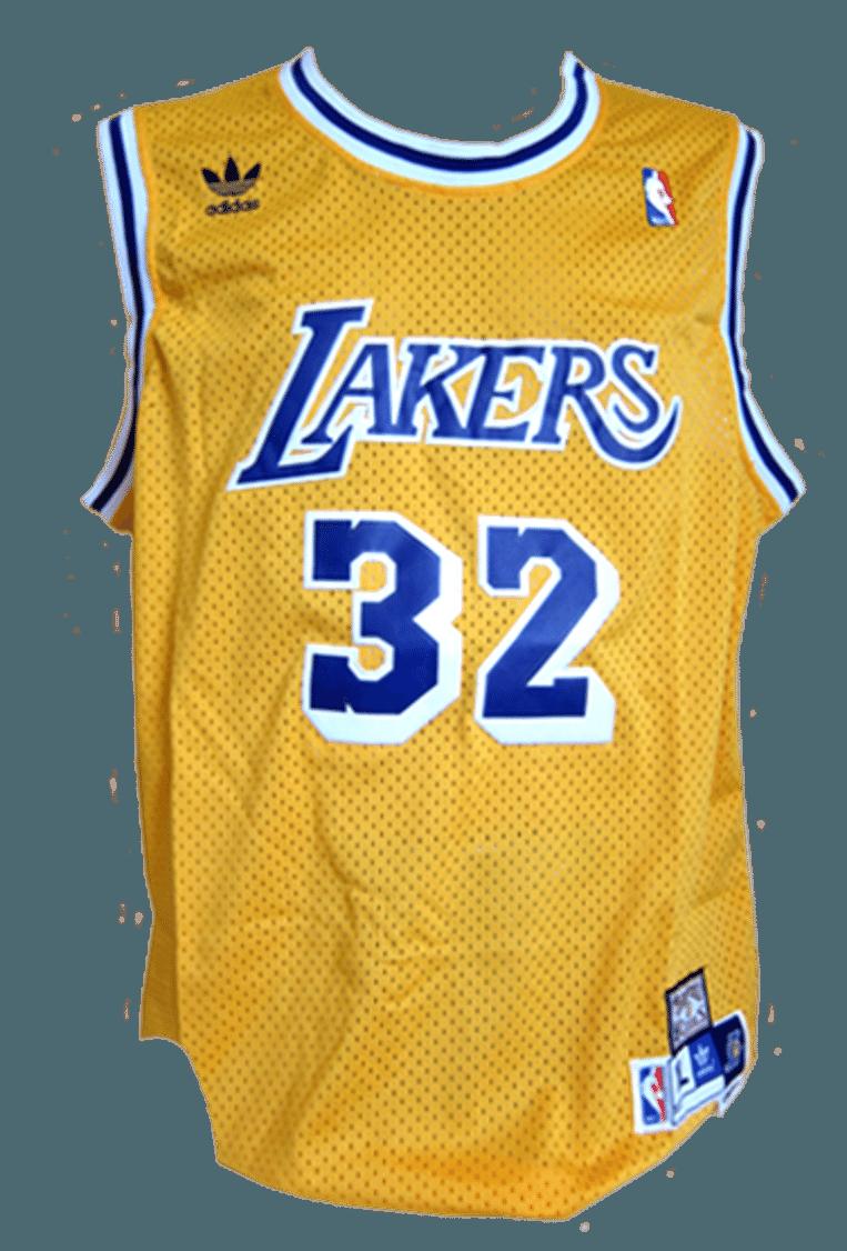 Een gesigneerd shirt van basketballer Magic Johnson (750 euro) Beeld .