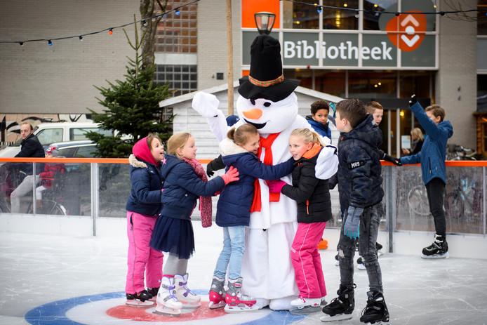 De jaarlijkse ijsbaan met mascotte in Geldrop (archieffoto 2018).