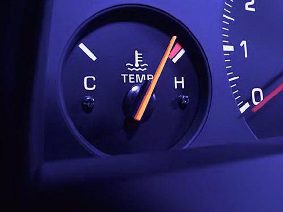 Bij een kokende motor moet je de auto zo snel mogelijk veilig aan de kant zetten