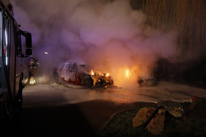 Aan de Stroomrug in Cuijk zijn twee auto's uitgebrand. De politie vermoedt brandstichting.