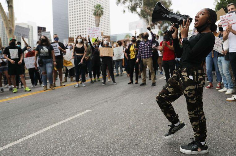 Duizenden betogers kwamen op straat zonder afstand te houden en in sommige gevallen zonder mondmasker.