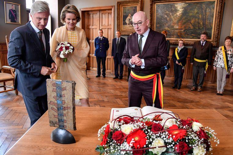 """Burgemeester Piet Buyse draagt zijn tricolore sjerp bij officiële gelegenheden, zoals de ontvangst van koning Filip en koningin Mathilde, en zal dat blijven doen. """"Een burgemeester is er niet alleen in dienst van Vlaanderen, maar ook van België"""", stelt hij."""