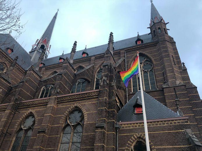 De regenboog wappert bij de Domicanenkerk in Zwolle.