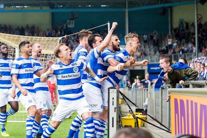 De Graafschap viert uitbundig de snelle openingstreffer van Lars Nieuwpoort.