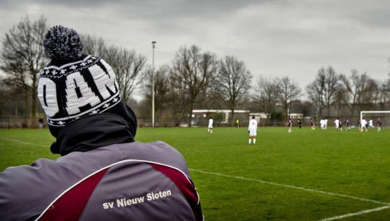 Eerder deze maand nam voetbalclub Nieuw Sloten een elftal uit de competitie vanwege het belagen van de scheidsrechter. Beeld anp