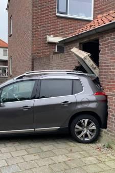 Foutje: bestuurster in Oldenzaal trapt op gas in plaats van rem en ramt schuurtje