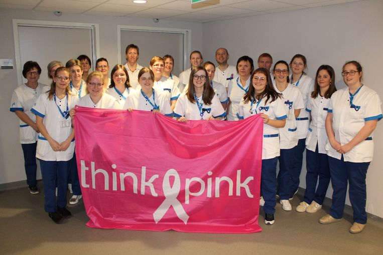 De medewerkers van de afdeling geriatrie verkopen gadgets en zamelen oude inktpatronen in om Think Pink te steunen.