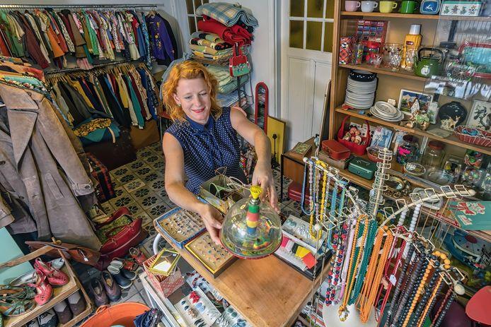 Eva Geene brengt aan de vooravond van haar uitverkoop haar spullen in orde. Doordat vanwege de coronacrisis de rommelmarkten werden afgelast, puilt haar huis uit.
