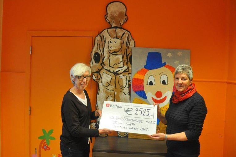 Greta Steen (rechts) geeft Mieke Pollet van de vzw kinderkankerfonds UZ Gent de cheque.