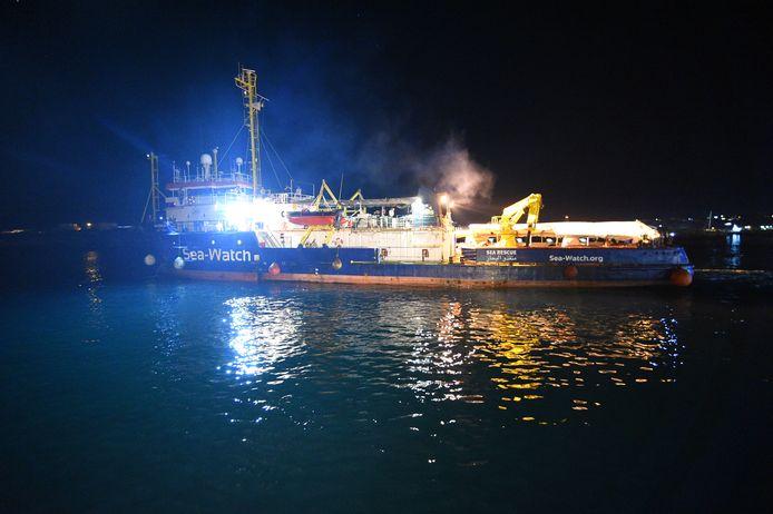 De Sea-Watch 3 meert aan in Lampedusa.