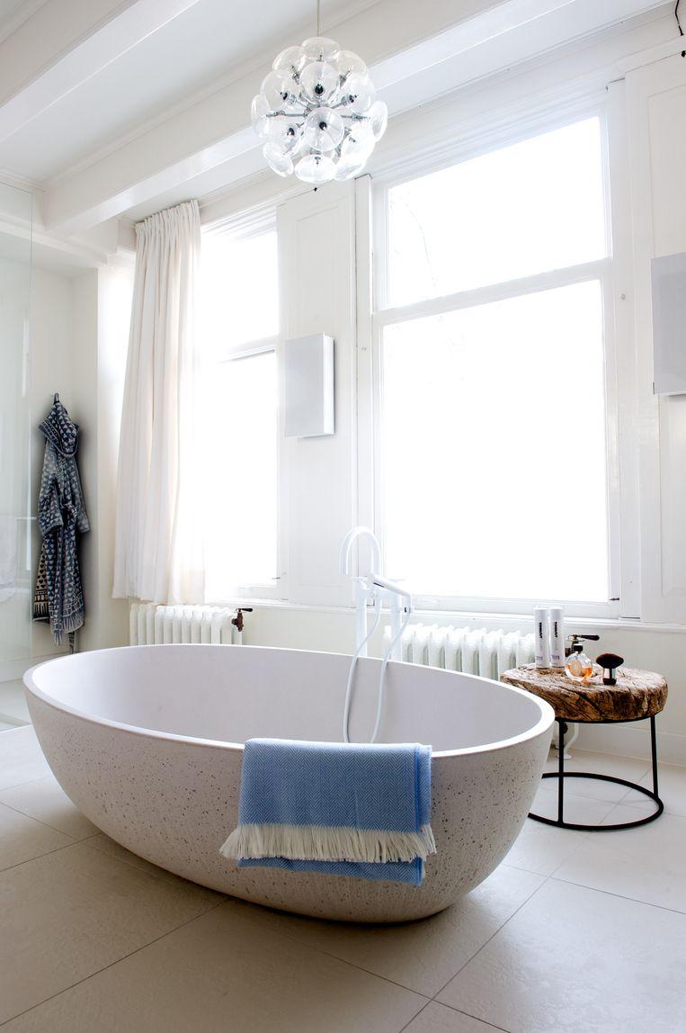 'Ik houd van zachtheid in een modern interieur. De badkuip is daar een goed voorbeeld van: hij is strak, maar ook rond en elegant.' Beeld Anke Leunissen