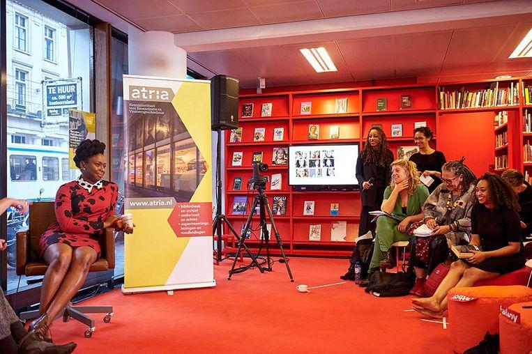 Chimamanda Adichie tijdens de bijeenkomst in het Atrium in Amsterdam. Beeld Bianca Sistermans