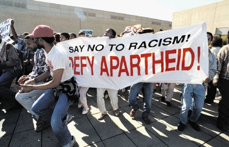 Johannesburg, 2 augustus 1989. Hoewel de autoriteiten vaak hard optraden, protesteren jongeren tegen het apartheidsregime in Zuid-Afrika. (FOTO AFP) Beeld