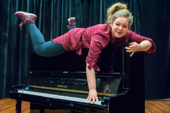 De uitgetreden non Fieke Opdam wil graag cabaretière worden en is student aan de Koningstheateracademie.