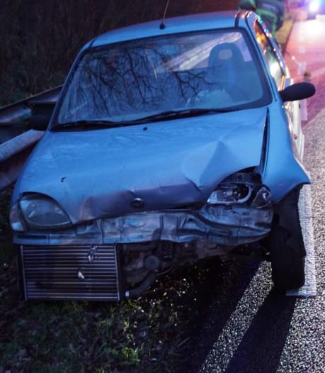 Auto in de kreukels na botsing bij N18; bestuurder naar ziekenhuis