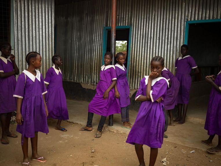 Somalische meisjes bij hun school in het Keniaanse vluchtelingenkamp Kakuma. Beeld Hollandse Hoogte/Magnum Photos