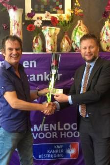Burgemeester Dadema koopt eerste roos SamenLoop voor Hoop Raalte
