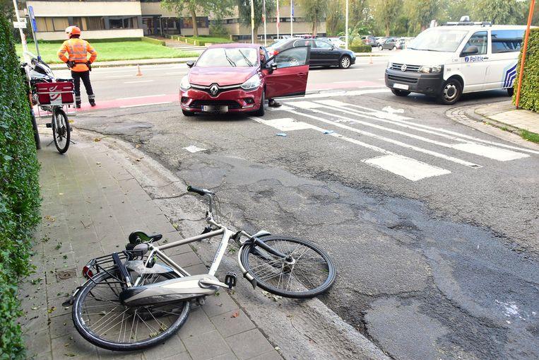 De fietser werd opgeschept en belandde tegen de voorruit van de wagen.