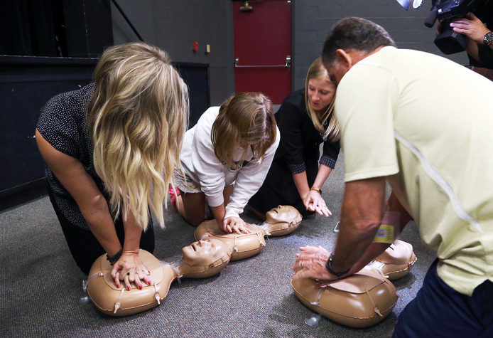 Amerikaanse studenten volgen een reanimatiecursus.
