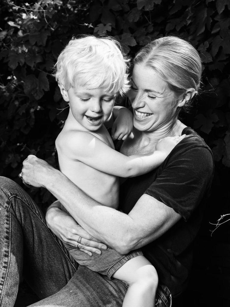 Carolien Spaans en haar zoontje Lucas (2). Beeld Robin De Puy