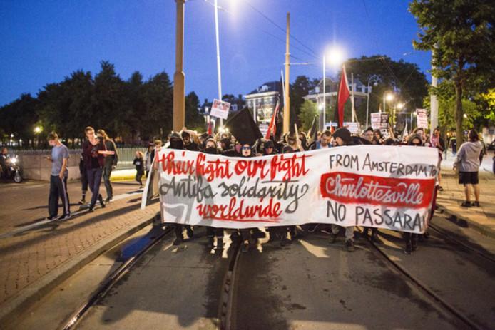 Antifascisten van de AFA demonstreren in Amsterdam tegen wat is gebeurd in het Amerikaanse Charlotteville.