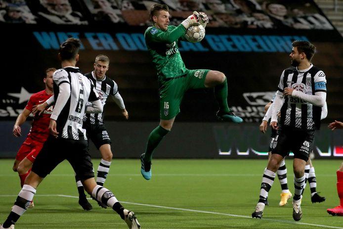 Michael Brouwer redde zijn ploeg in de eerste helft een paar keer, maar zag het bij rust toch 0-2 staan.