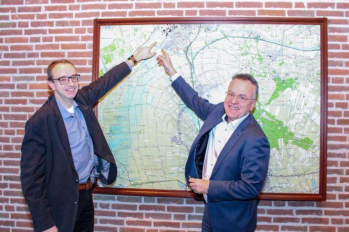 Wethouders Bert Krale (links) en Henk ten Hulscher wijzen de plek voor de nieuwe haven aan op de kaart.