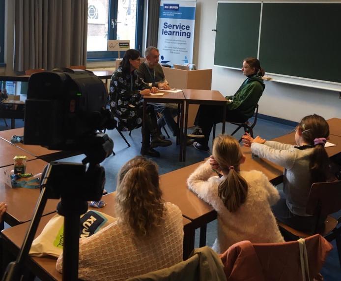 Onderzoekers Katalin Balogh en Stefan Albrecht toonden de aandachtige kinderen hoe een politieman een anderstalig slachtoffer van pestgedrag ondervraagt met behulp van een tolk.