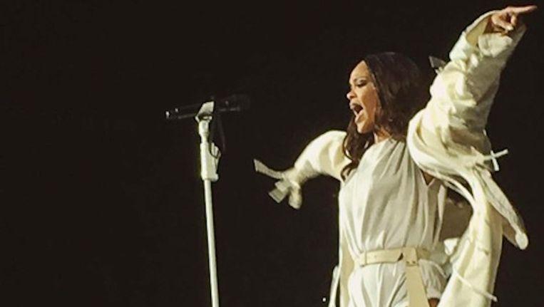 Als een moderne Mozes kwam Rihanna in een wit gewaad de Amsterdam Arena binnen. Beeld Instagram
