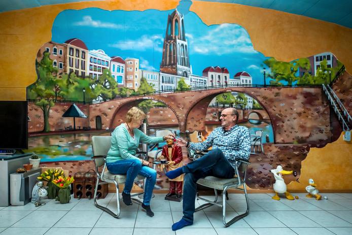 Ietje en Piet van der Vlist(70 en 67) voor hun muurschildering.