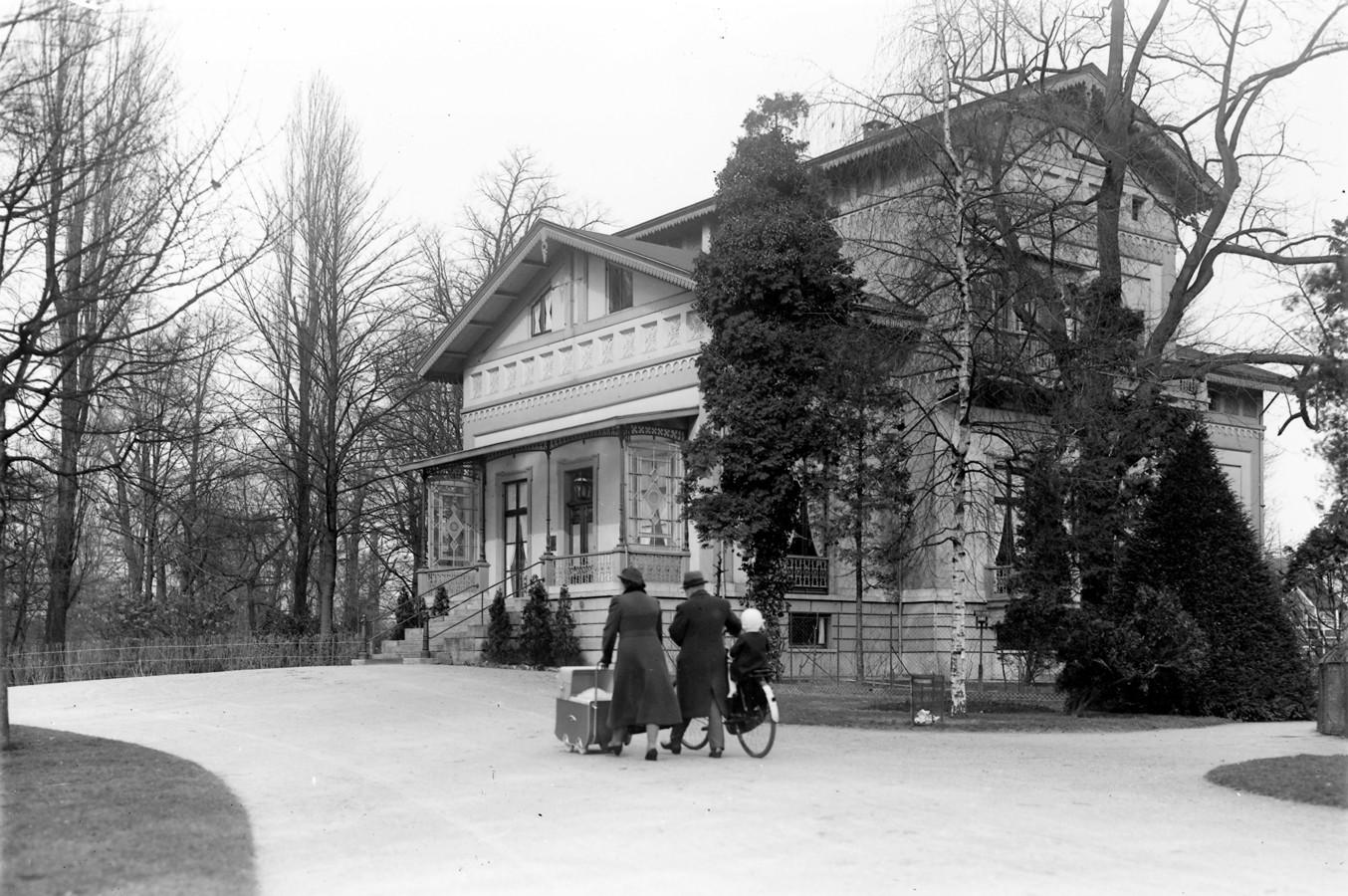 De voormalige woning van stichter 't Hooft van Benthuizen, later burgemeesterswoning. In 1994 gebombardeerd.