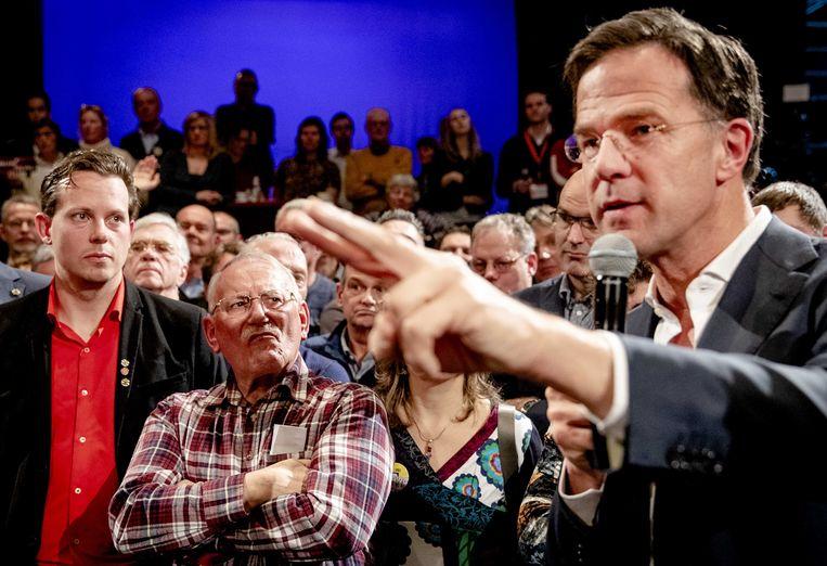 Rutte in gesprek met verontwaardigde Zeeuwen in het Arsenaaltheater, Vlissingen.  Beeld ANP