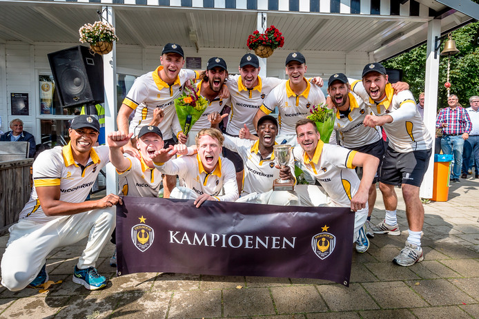 Het cricketteam van Excelsior'20 tijdens het kampioensfeest van vorig jaar. De club voelt zich 'geïsoleerd' nu blijkt dat er geen zwaar transport van de nieuwe kleedkamerunit niet mogelijk is.