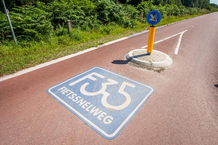 De fietssnelweg F35 bij Wierden. B en W van Rijssen willen een aansluiting vanuit Deventer.