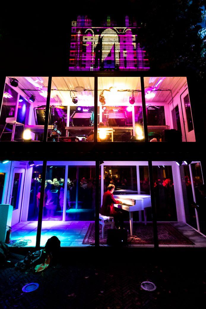 Keys of lights: een klank- en lichtspel met de interactieve piano-installatie van de Utrechtse studio Mr. Beam.
