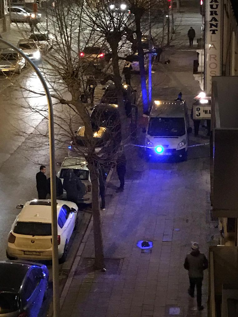 De politie zet de omgeving van het huis in de Van Stralenstraat af.
