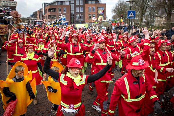Indrukwekkende aantallen bij de loopgroepen tijdens de optocht bij de Papsleef'n in Geesteren.
