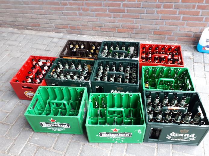 Tien bierkratjes van vier verschillende merken trof de politie in Kampen vanmorgen bij een inwoner aan. Ze vermoedt dat die gestolen zijn.