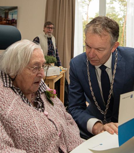 Mevrouw Van der Laan uit Lage Vuursche blaast vandaag 102 verjaardagskaarsjes uit
