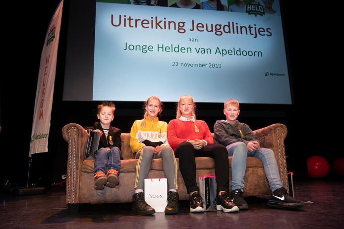 De geridderden op een rijtje: Marvano Westrik, de zusjes Sophie en Louise de Gelder en Willem Rietberg (vlnr).