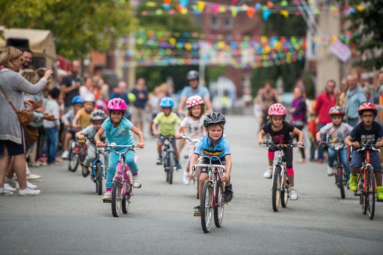De kinderen zijn al erg behendig op hun fiets.
