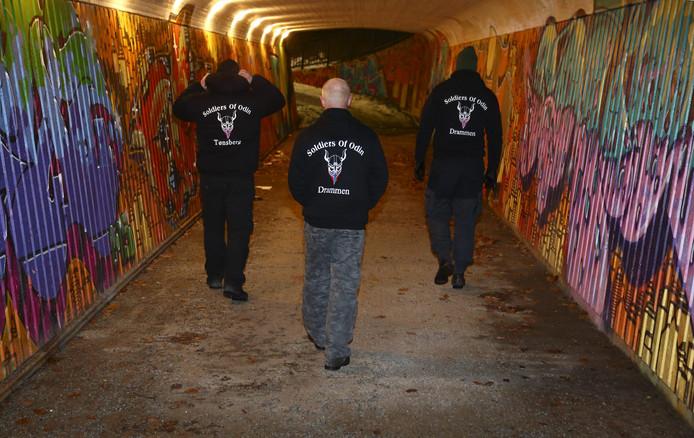 Leden van de tegen migranten gerichte burgerwacht 'Soldiers of Odin' tijdens een patrouille in het Finse Drammen in 2016.