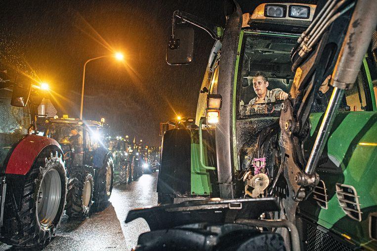 Boeren staan klaar met hun tractoren om naar Den Haag te trekken. Beeld Guus Dubbelman / de Volkskrant