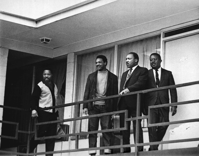 Memphis, 3 april 1968. Martin Luther King met andere mensenrechtenstrijders op het balkon van het Lorraine Motel in Memphis. Van Links: Hosea Williams, Jesse Jackson, King, en Ralph Abernathy.