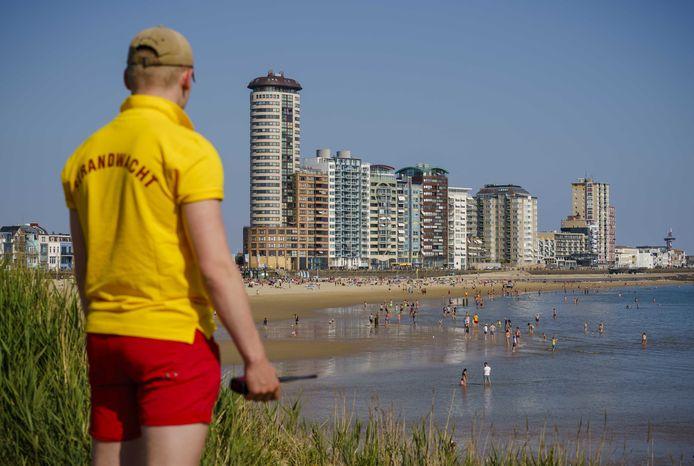 Een strandwacht houdt een oogje in het zeil op de bezoekers van het strand in Vlissingen.