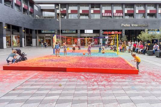 De kleurrijke zandbak op het Pieter Vreedeplein. Waarom blijft 'ie niet?