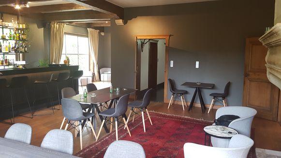 In Le Notariat worden oude elementen van het gebouw gecombineerd met hedendaagse meubels.