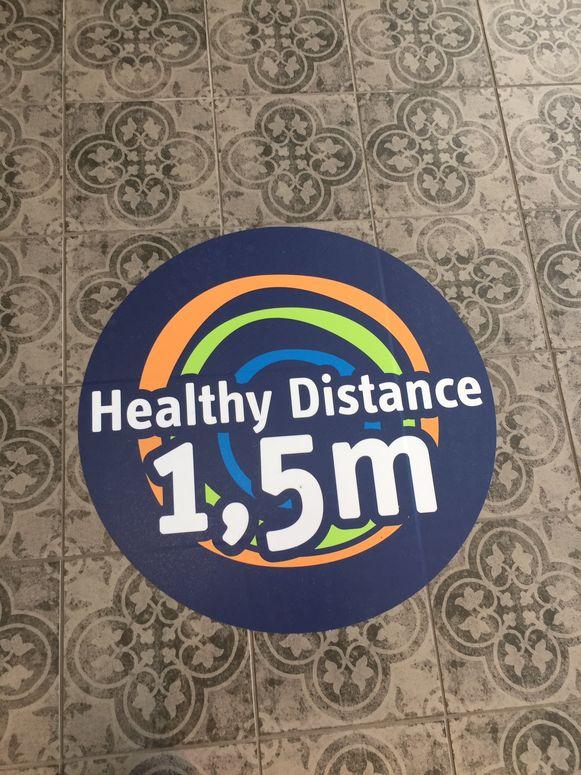 Op de vloer van de complexen van Sportoase zijn overal duidelijke looplijnen uitgestippeld en ook stickers om nog eens op de anderhalve meter afstand te wijzen.